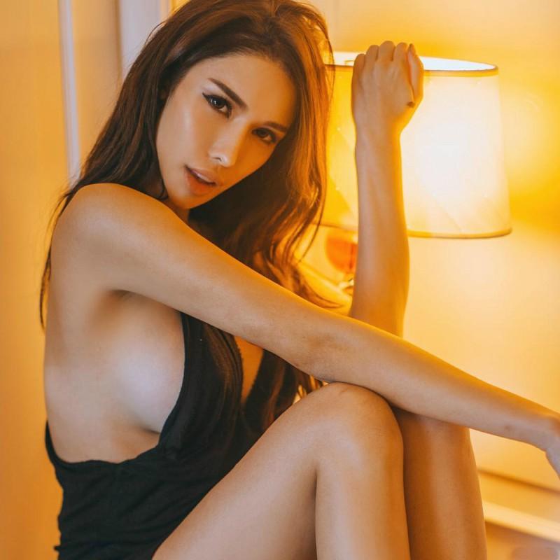 【蜗牛娱乐】天桥下偷拍美女走光图 火辣DJ Jade Rasif比基尼包不住巨乳乳晕走光