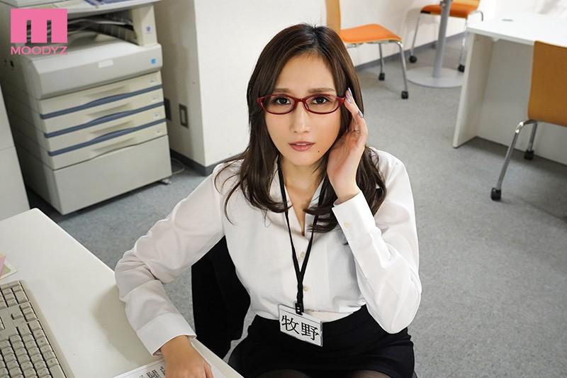 """【蜗牛娱乐】MIMK-085:巨乳女部长""""JULIA""""工作强势 下班时间在公司偷情任人宰割!"""