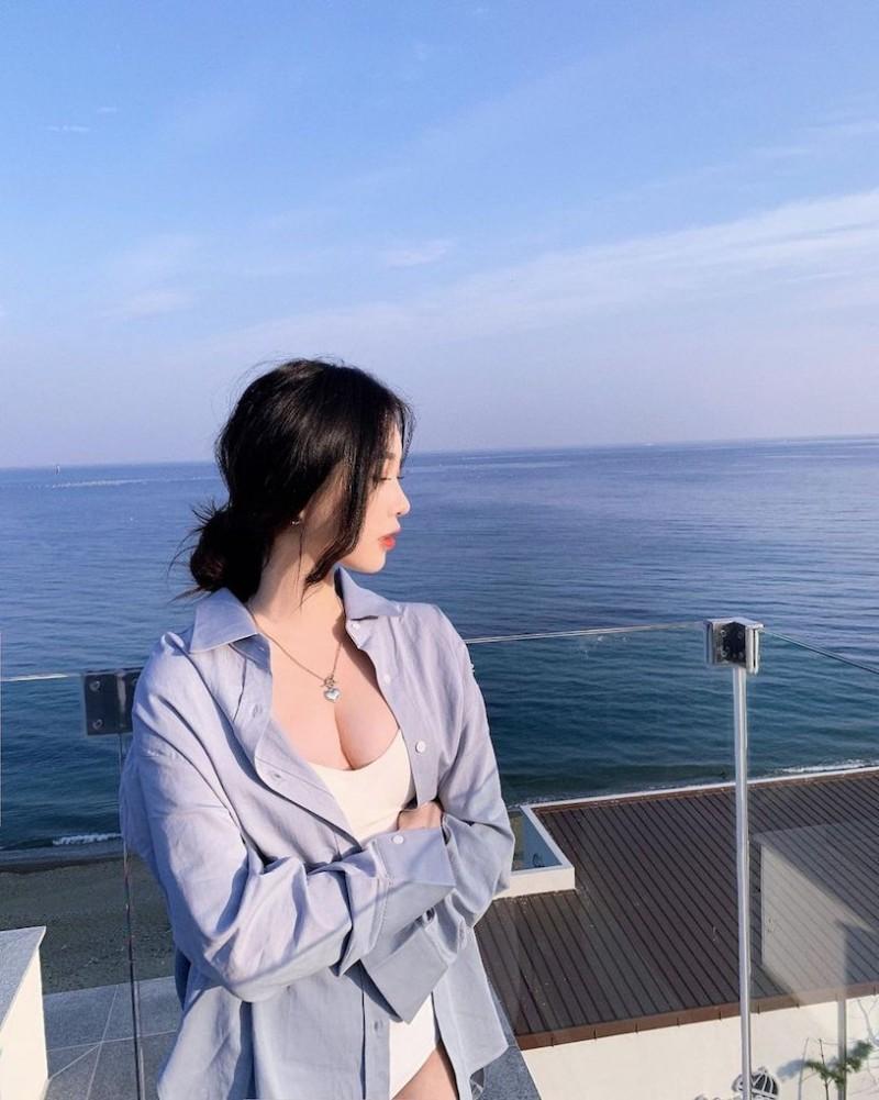 辣辣der!美正妹赏景「画面好低胸」,性感视角根本「海景第一排」!