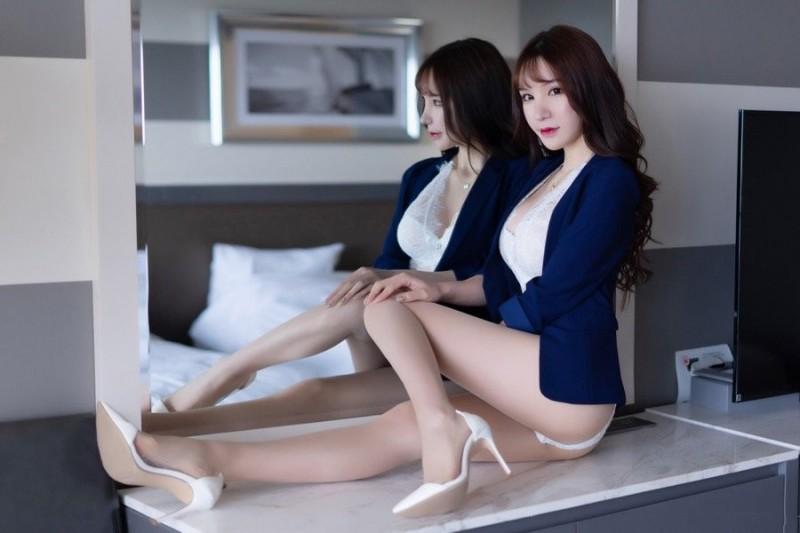 【蜗牛娱乐】XiuRen(秀人)长腿女秘书周于希撅臀脱丝袜 挺起屁股超诱人。