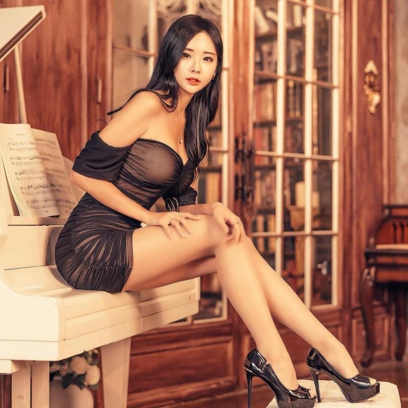 天菜长腿姐姐「오하빈」纤腰画面超冲突神级「九头身曲线」比例好到夸张