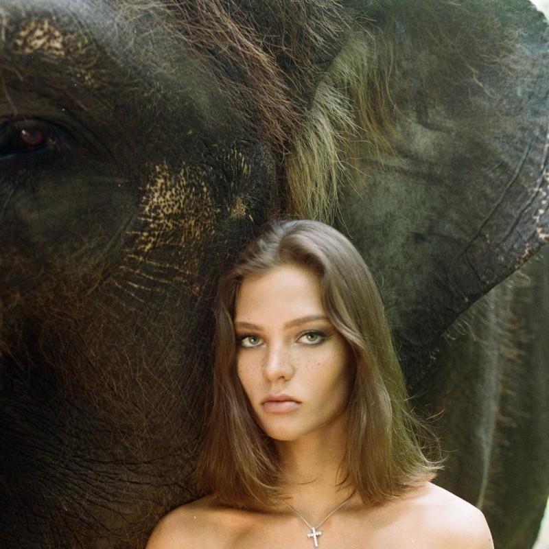 美女全裸骑大象惹议?名模《Alesya Kafelnikova》表示爱自然是天性!