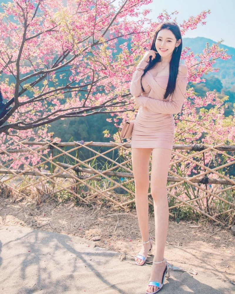 樱花树下出现神之长腿!「莉薇Livia」阳光笑颜比花还耀眼!