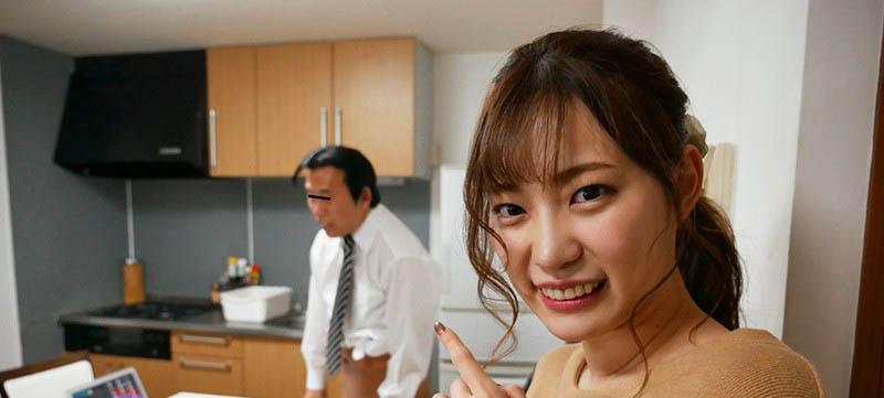 """痴女魂爆发!粉丝在家视讯会议,""""美谷朱里""""却在桌下帮吃肉肉!"""