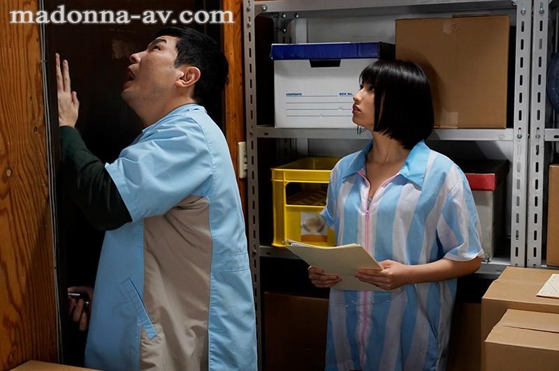 """中出解禁!人妻""""本田瞳""""和同事困在仓库里 只好打炮消磨时间"""