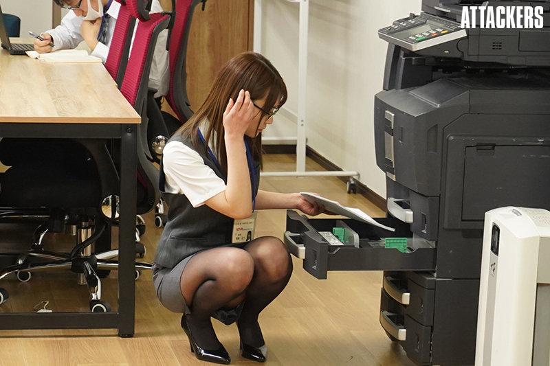 【蜗牛娱乐】东条なつ(东条夏)作品RBK-020 : 讨厌的上司用职权逼她张开双腿乖乖就范。