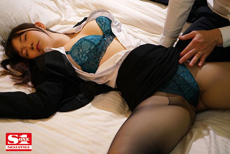 "羞涩新人OL""藤田こずえ""陪同上司应酬不小心喝醉 被带到旅馆遭性侵……"