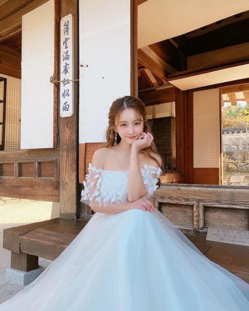 爱穿蓝色紧身衣的「火辣童颜妹」,过生日时转换「性感成熟风」!